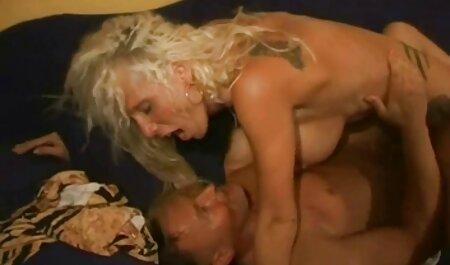 Die kurzhaarige Brünette reibt ihren feuchten Kitzler frau mit großen brüsten wird gefickt bis zum Orgasmus