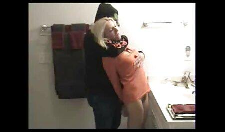Guy schießt Hündinnen Ladung ins Gesicht, nachdem er sie auf der brüste gratis Couch tief gebohrt hat