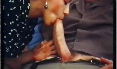 Hottie in Netzstrümpfen bekommt übergroße titten großes Sperma